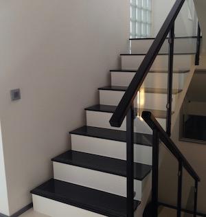 Kuva mustalla graniitilla päällystetyistä portaista