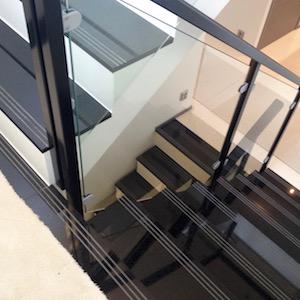 Kuva graniitilla päällystetyistä portaista.