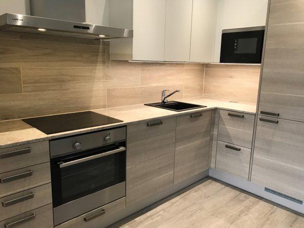 Savanni-graniittitasot Puustellin keittiössä.