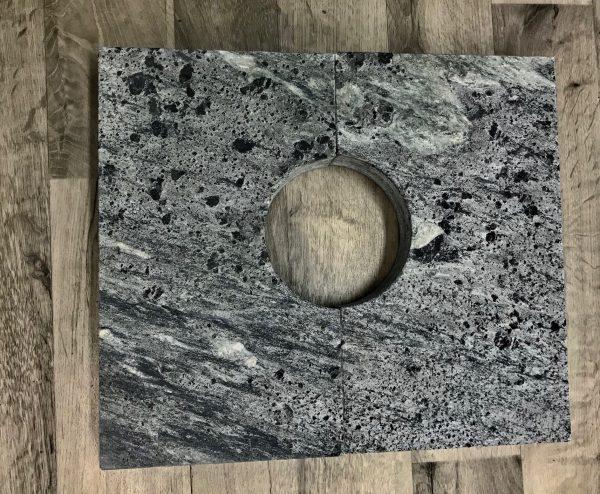 Kaminan päälle valmistettu lämmönvaraajakivi kahdesta osasta. Kiven paksuus 50 mm.
