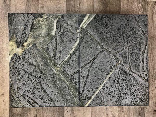 Vuolukiveä puuhellan päälle lämpöä varaamaan. Tämä kivi on Tulikivi Blue harjattu pinta. Luonnon taideteos.