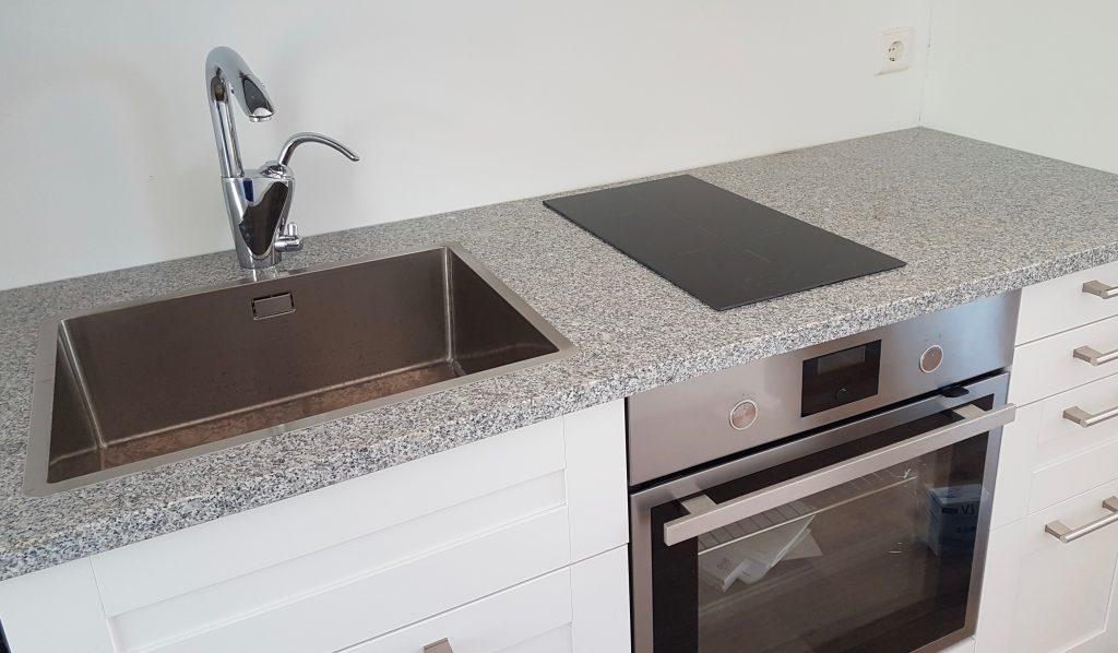 Kuura graniittitaso Ikea -keittiössä.